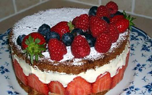 tort-biskvitnij-s-shokoladom-i-klubnikoj